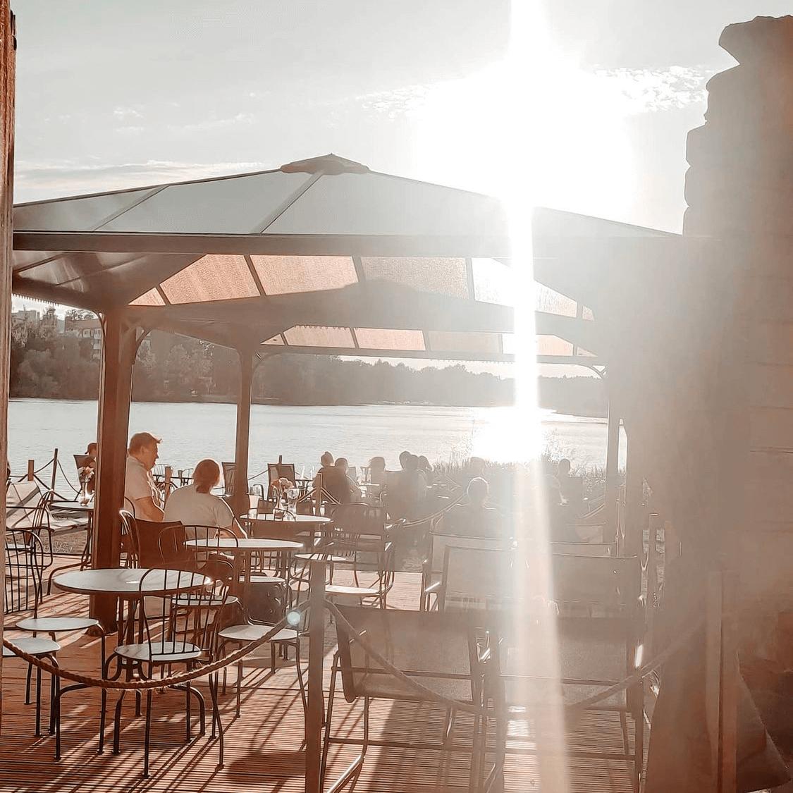 Kesäterassi ja aurinko